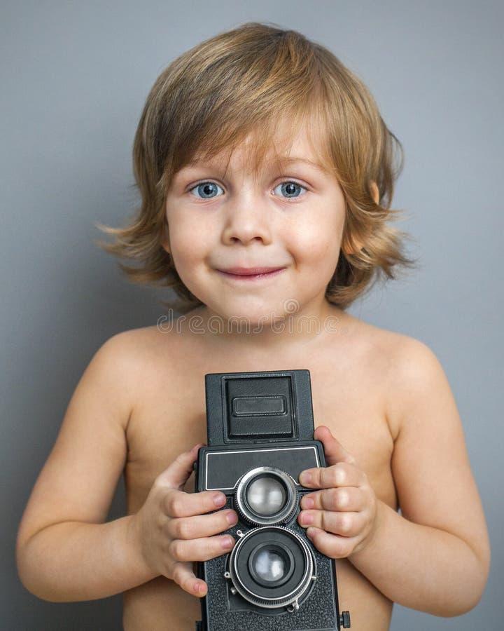 Pojke med en gammal kamera royaltyfri fotografi
