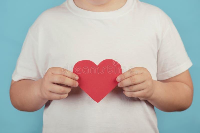 Pojke med en hjärta royaltyfri fotografi