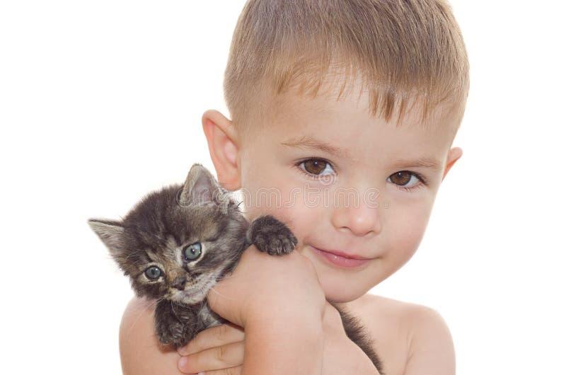 Pojke med en kattunge arkivfoton
