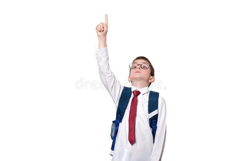 Pojke med en ryggsäck och i runda exponeringsglaspunkter hans finger upp skola f?r copyspace f?r begrepp f?r svarta b?cker f?r ba royaltyfria foton