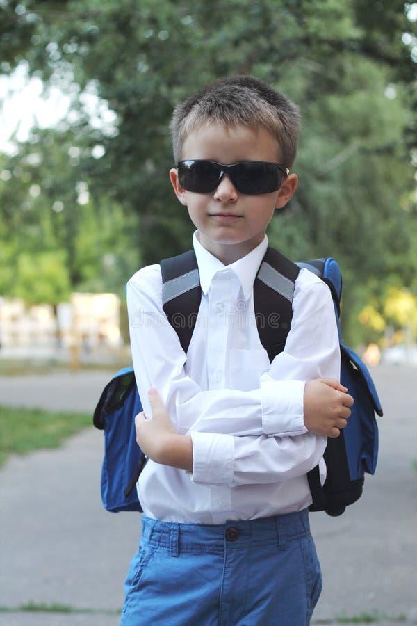 Pojke med en skolväska royaltyfria bilder