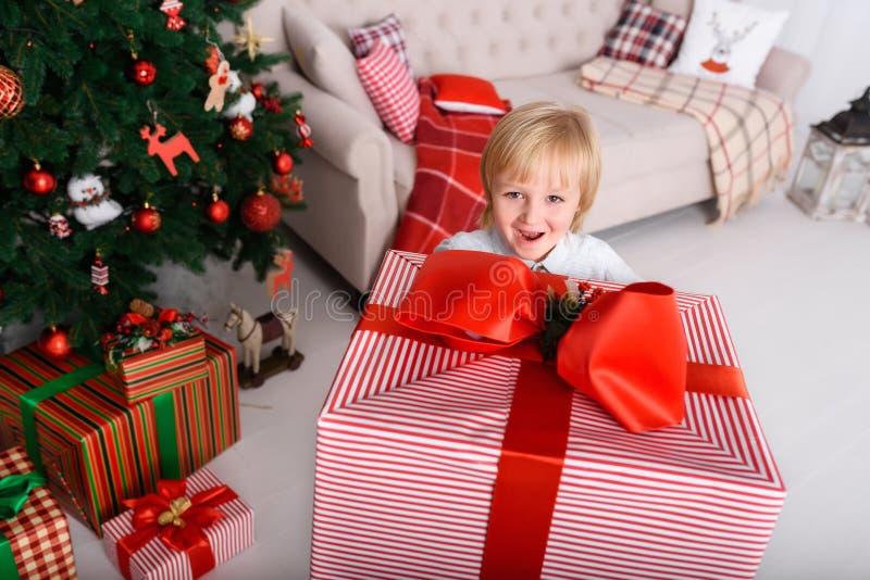Pojke med en stor julgåva royaltyfri bild