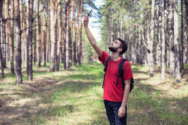 Pojke med en telefon royaltyfri bild