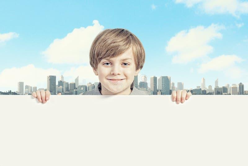 Pojke med en tom affischtavla royaltyfri foto