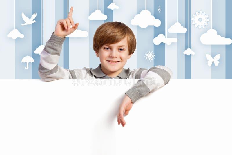 Pojke med en tom affischtavla royaltyfria foton