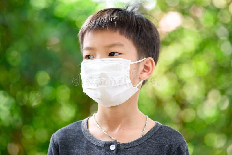 Pojke med en vit maskering royaltyfri foto