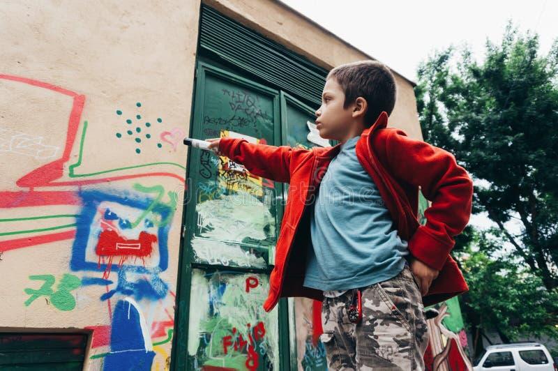 Pojke med färgrika grafitti arkivfoto