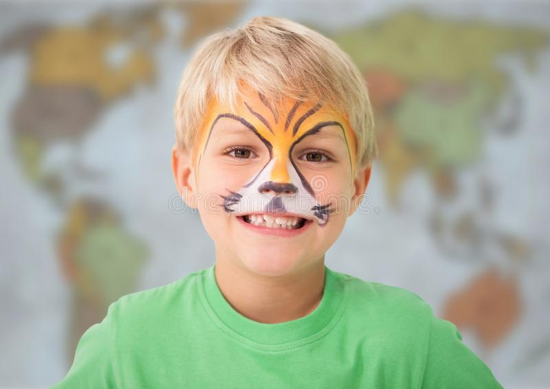 Pojke med facepaint mot oskarp översikt arkivfoton