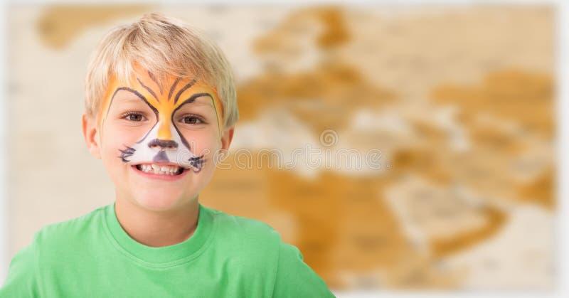 Pojke med facepaint mot oskarp brun översikt arkivbilder