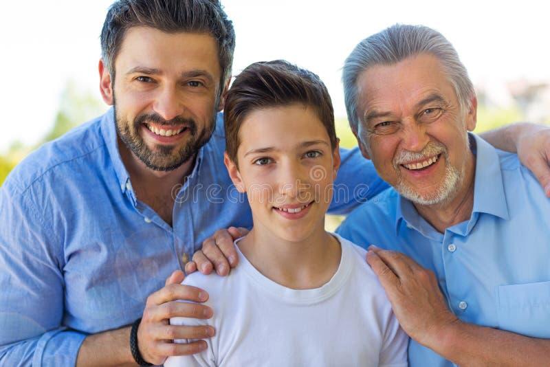 Pojke med fadern och farfadern arkivbild
