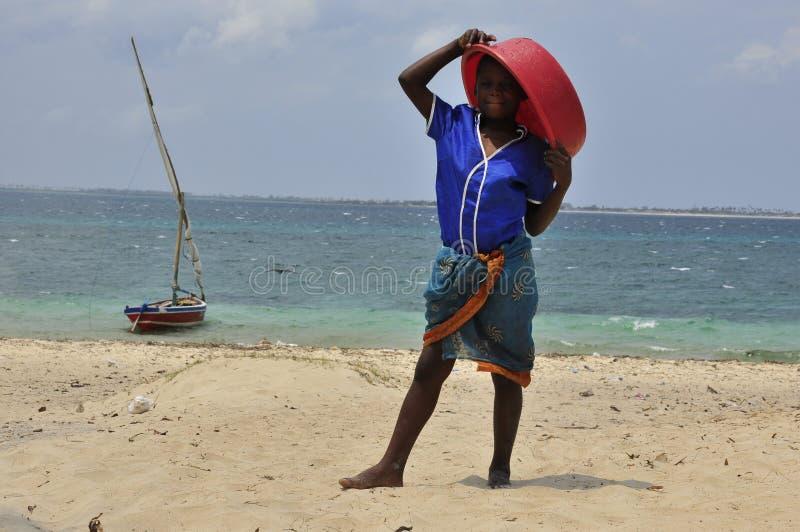 Pojke med fartyget på ön i Mocambique arkivfoto