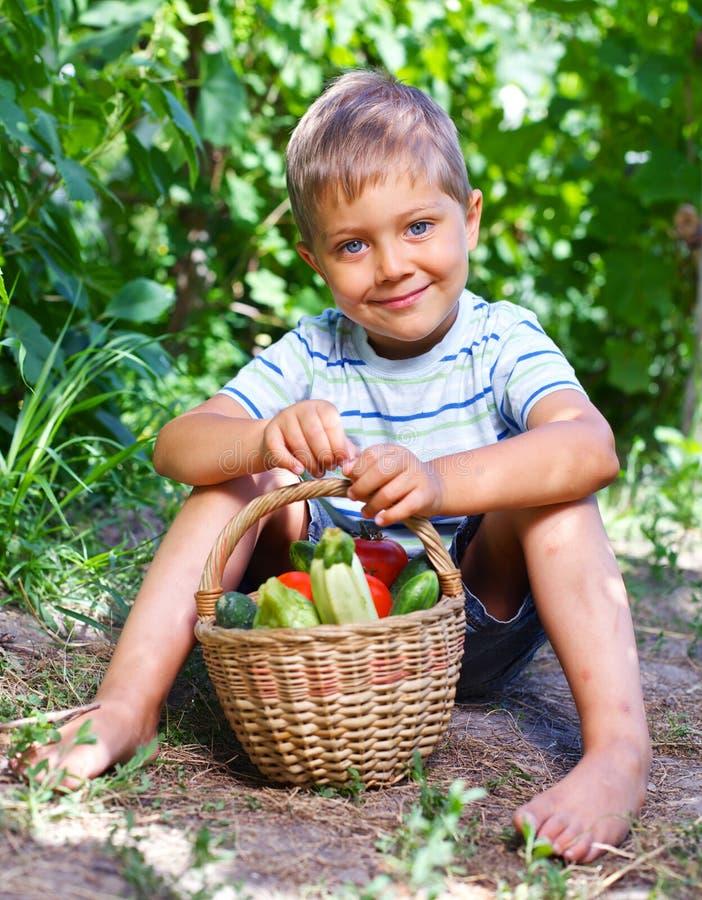 Pojke med grönsaker royaltyfria bilder