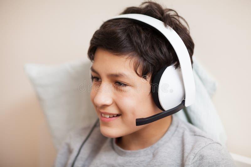 Pojke med hörlurar royaltyfri fotografi