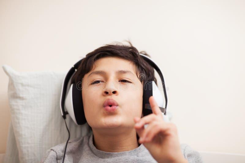 Pojke med hörlurar arkivbild