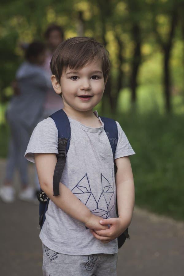pojke med hans föräldrar som vilar i natur royaltyfri foto