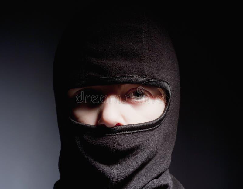 Pojke med Hood Playing Ninja arkivfoton