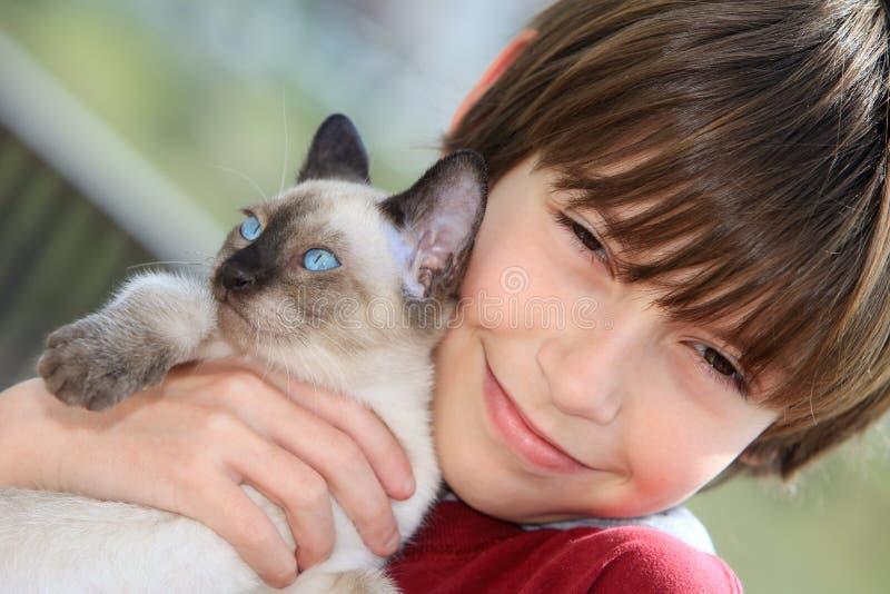 Pojke med kattungen arkivbilder
