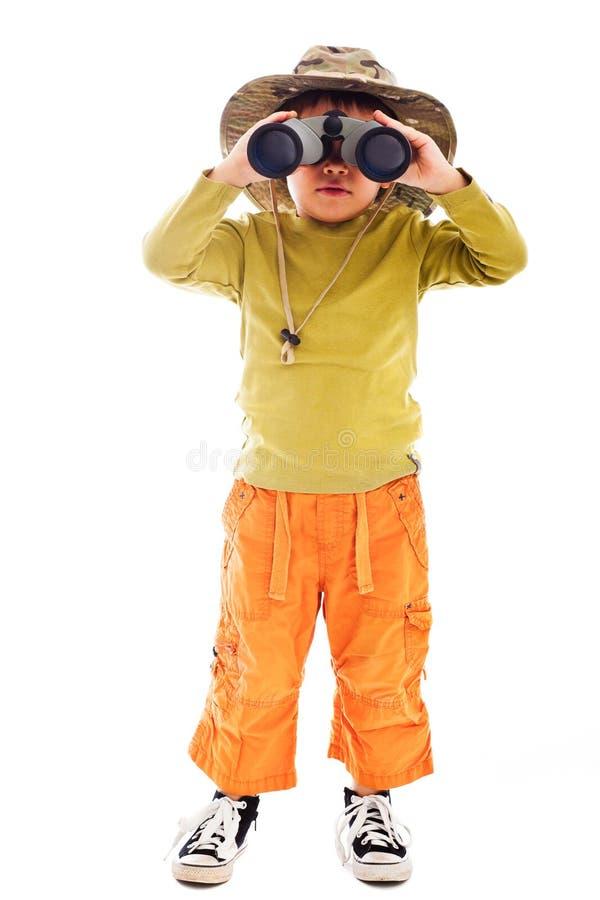 Pojke med kikare arkivbilder