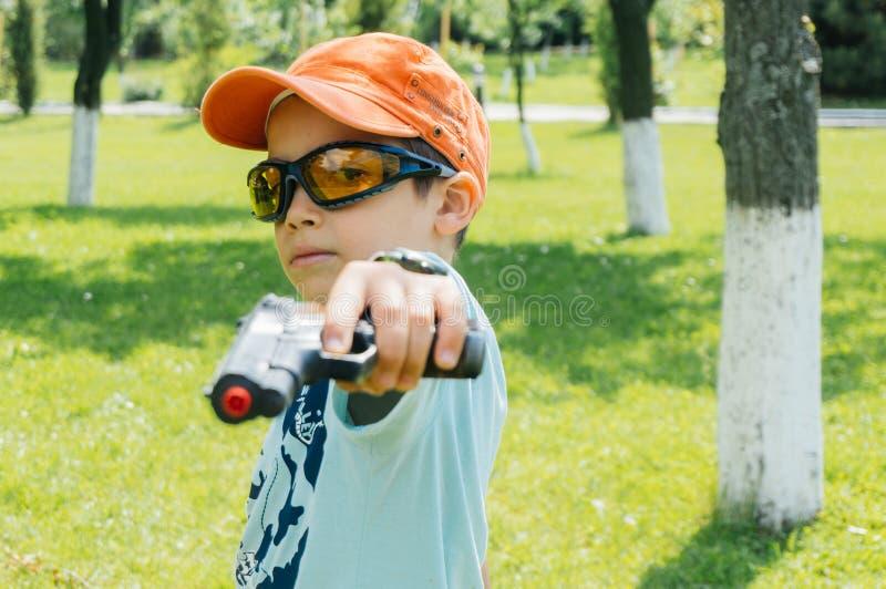 Pojke med leksakvapnet royaltyfria bilder