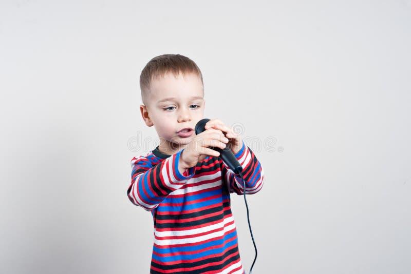 Pojke med mikrofonen arkivfoton
