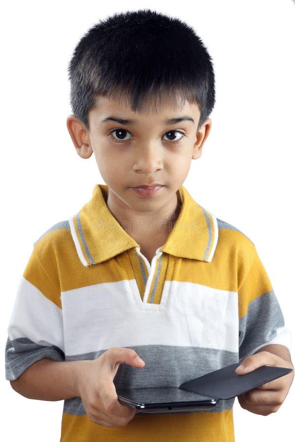 Pojke med mobiltelefonen arkivfoton