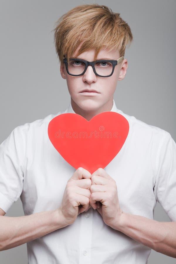 Pojke med pappers- hjärta royaltyfria foton
