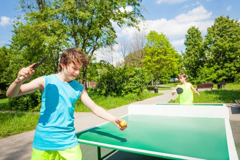 Pojke med racket som är klar att spela i bordtennis royaltyfri bild