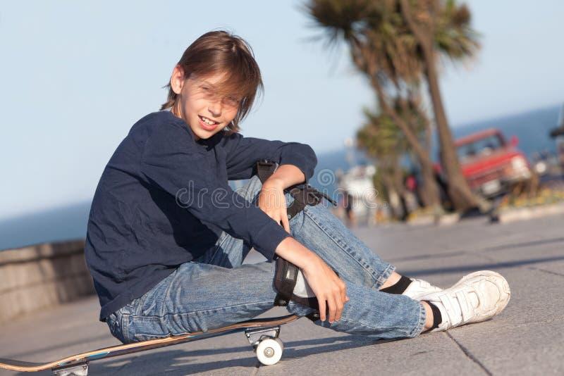 Pojke med skateboarden royaltyfria foton