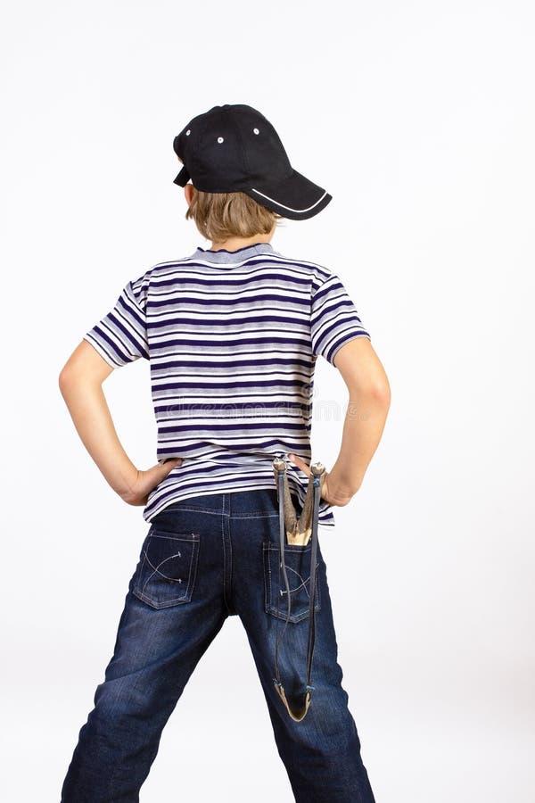 Pojke med slingshoten arkivbilder