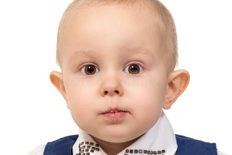 Pojke med smulor på hans kanter royaltyfri foto