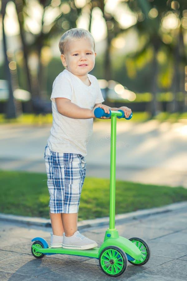 Pojke med sparkcykeln fotografering för bildbyråer