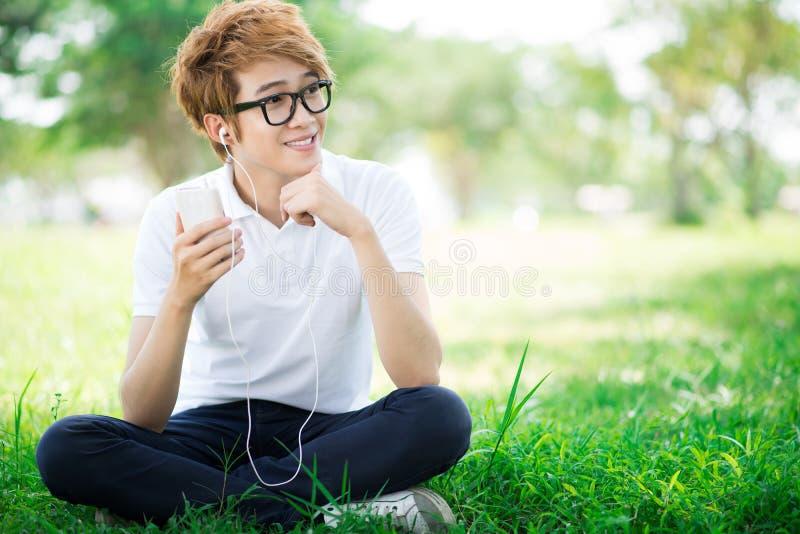 Pojke med spelare mp3 arkivfoton