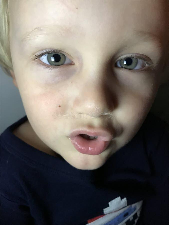 Pojke med stora gröna ögon royaltyfri bild