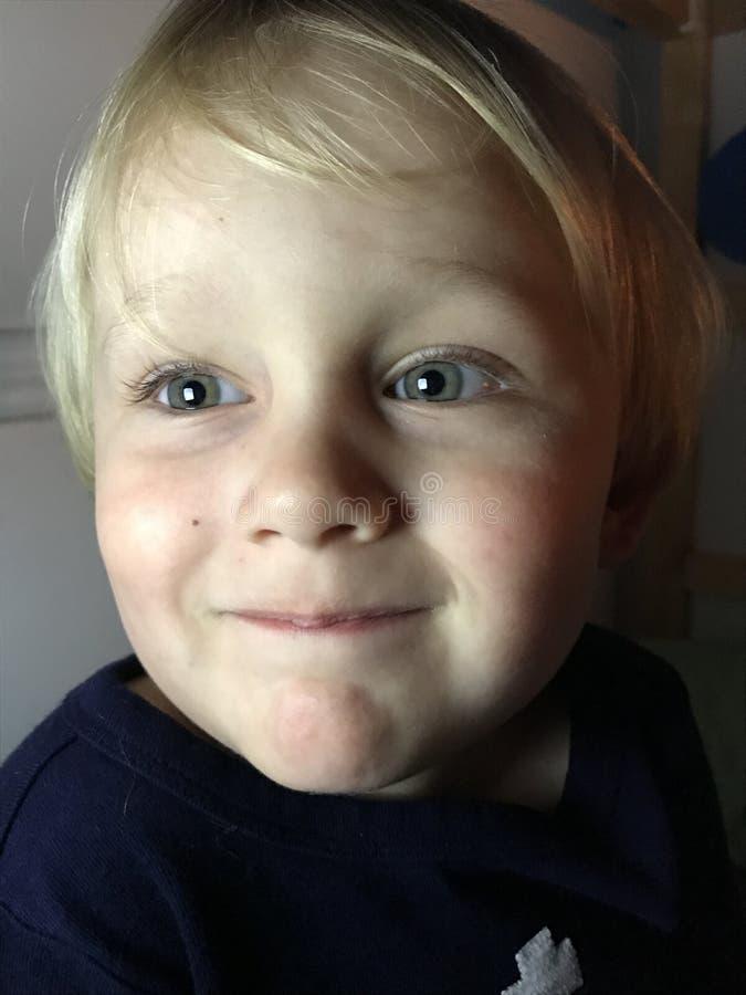 Pojke med stora gröna ögon royaltyfria foton
