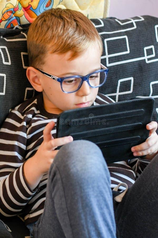 Pojke med tableten arkivfoto