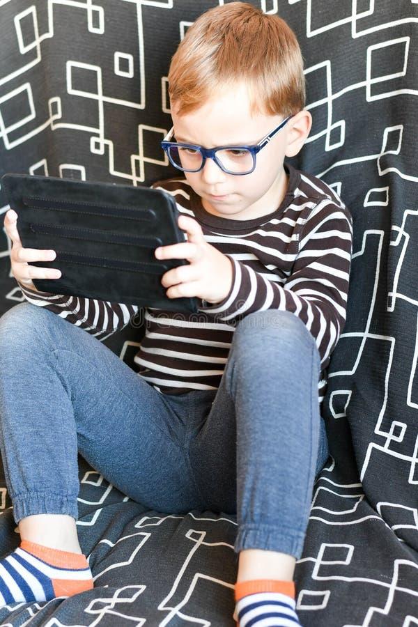 Pojke med tableten arkivbild