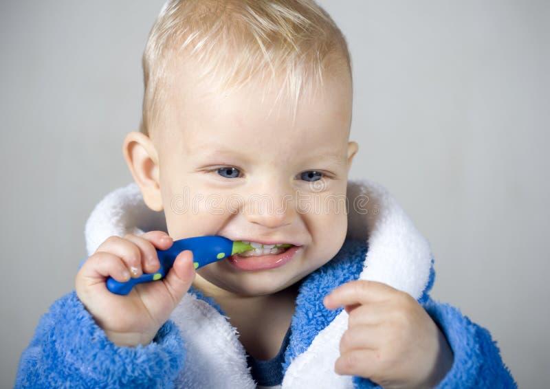 Pojke med tandborsten arkivfoto