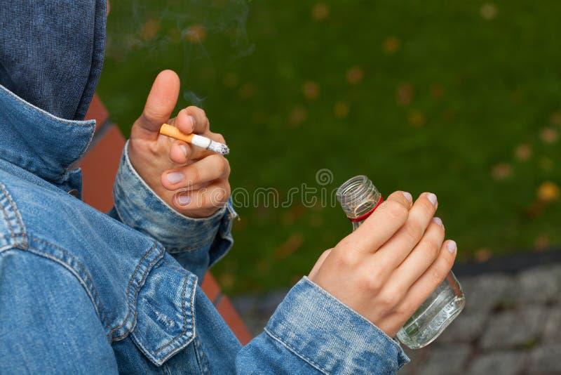 Pojke med vodka och cigaretten royaltyfri fotografi