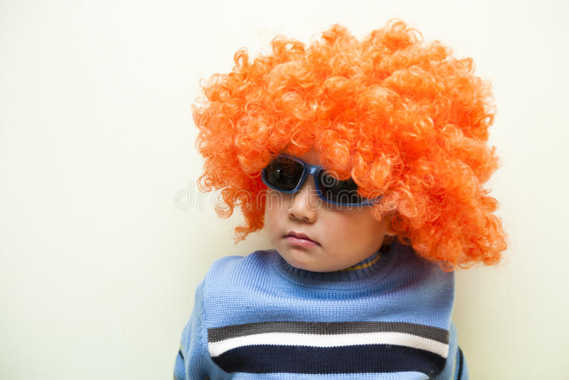 Pojke med wigen arkivbild