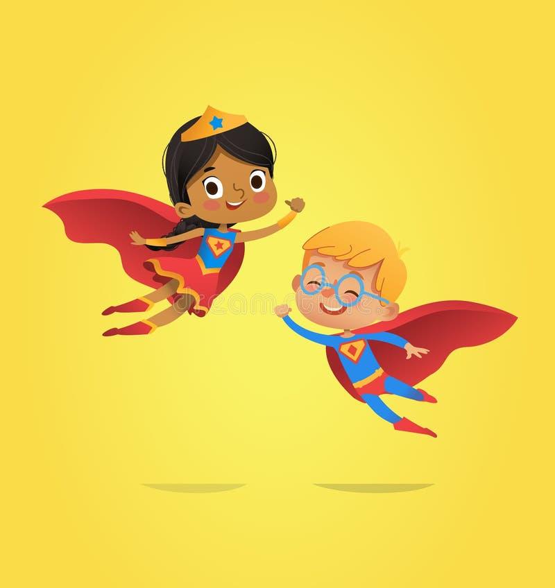 Pojke- och afrikansk amerikanflickan, bärande dräkter av superheroes flyger Tecknad filmvektortecken av ungeSuperheroes vektor illustrationer