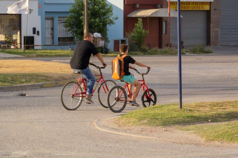 Pojke och farsa med röda cyklar royaltyfria foton