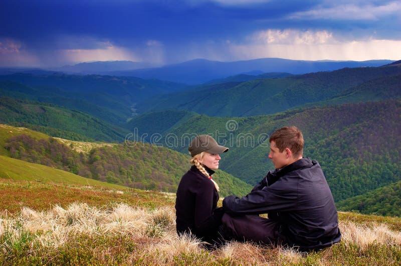 Pojke och flicka i bergen royaltyfri bild