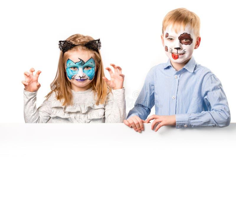 Pojke och flicka med framsidakonst på vit bakgrund arkivbilder