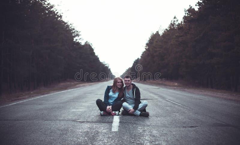 Pojke och flicka på en väg fotografering för bildbyråer