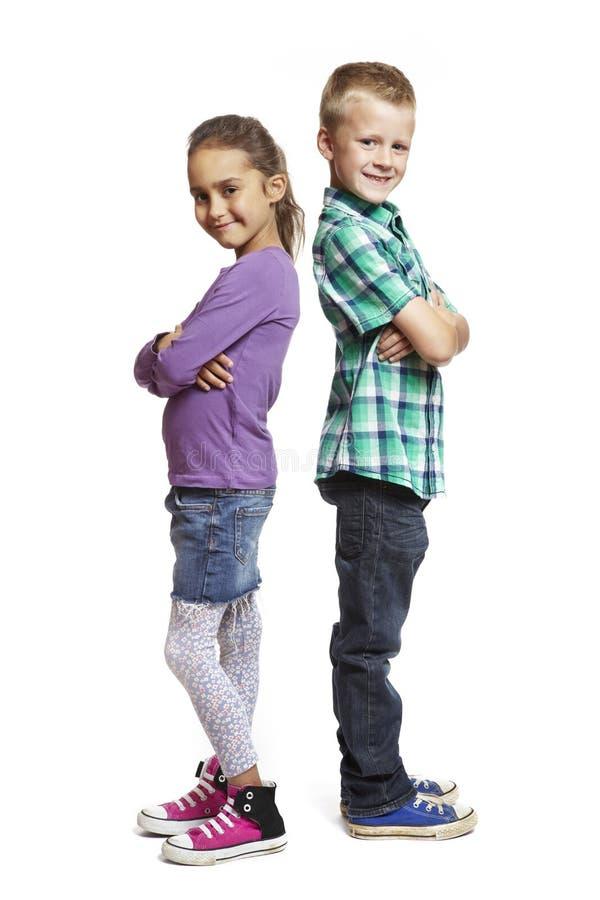 Pojke och flicka plattforma baksidt till backen royaltyfri fotografi