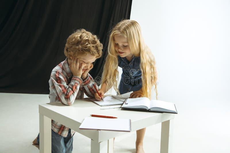 Pojke och flicka som förbereder sig för skola efter ett långt sommaravbrott tillbaka skola till royaltyfri bild