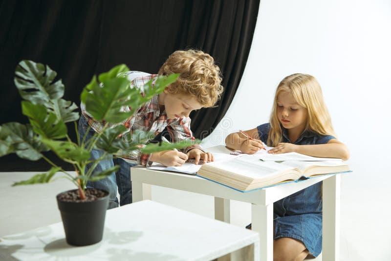 Pojke och flicka som förbereder sig för skola efter ett långt sommaravbrott tillbaka skola till royaltyfri foto