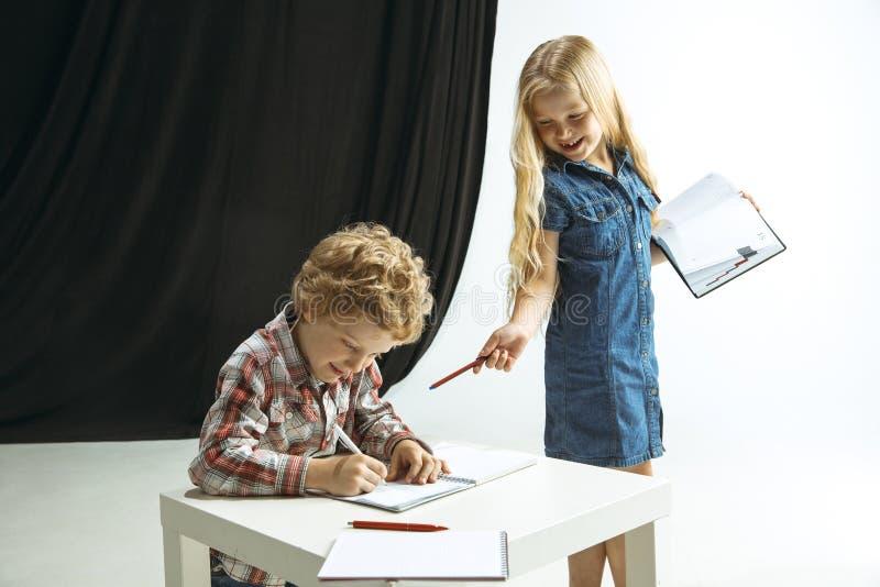 Pojke och flicka som förbereder sig för skola efter ett långt sommaravbrott tillbaka skola till arkivbilder