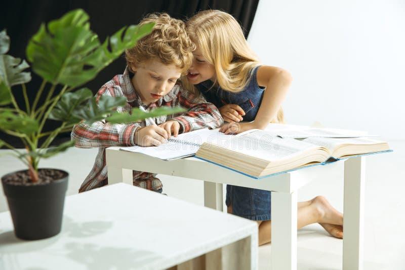 Pojke och flicka som förbereder sig för skola efter ett långt sommaravbrott tillbaka skola till arkivfoton