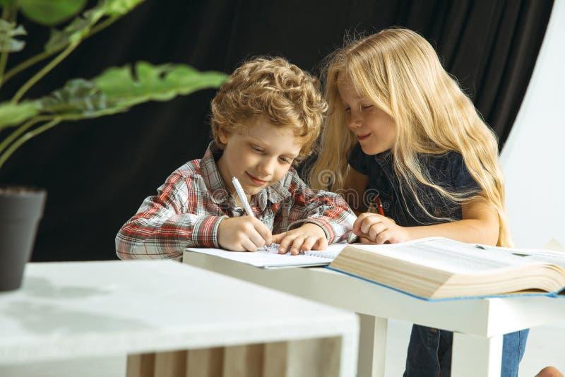 Pojke och flicka som förbereder sig för skola efter ett långt sommaravbrott tillbaka skola till arkivfoto